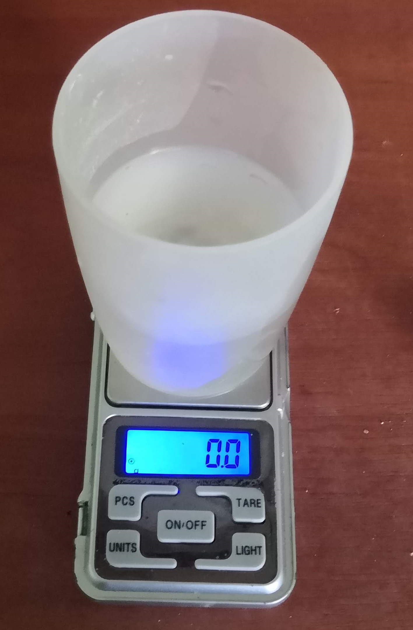 Odebraná voda z akvária na vynulované váze